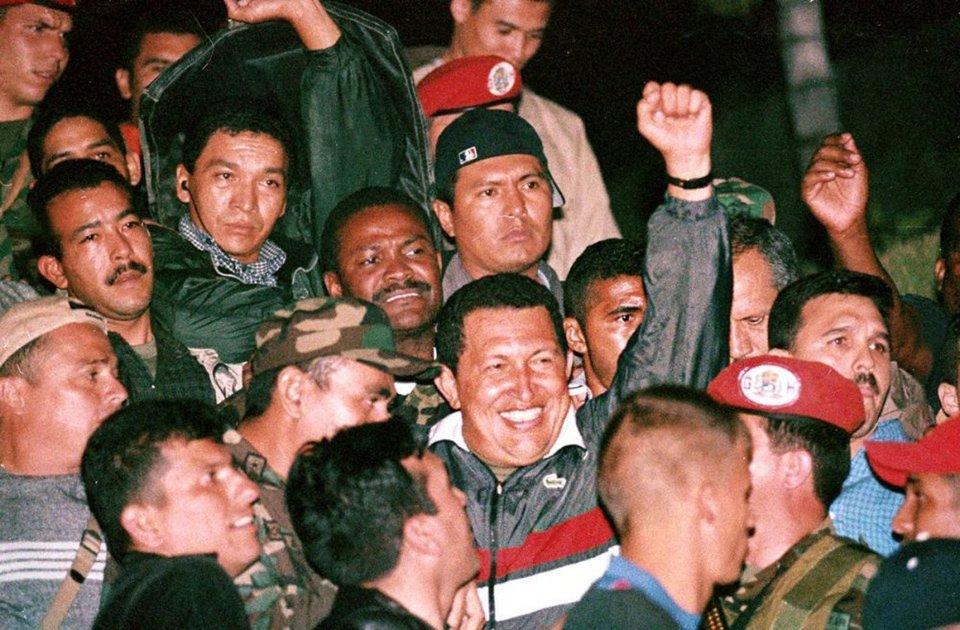 Прихильники Уго Чавеса вітають президента після його повернення в Каракас