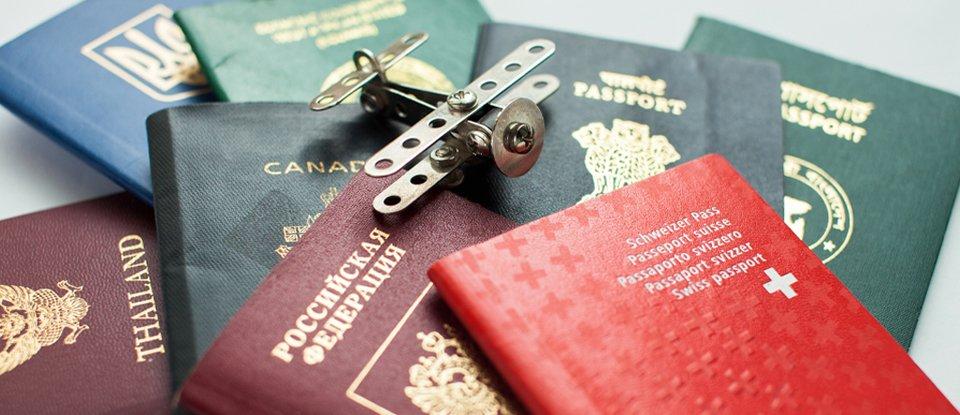 Б'ють не по паспорту. Пригадуємо політиків, які жили на декілька держав одразу