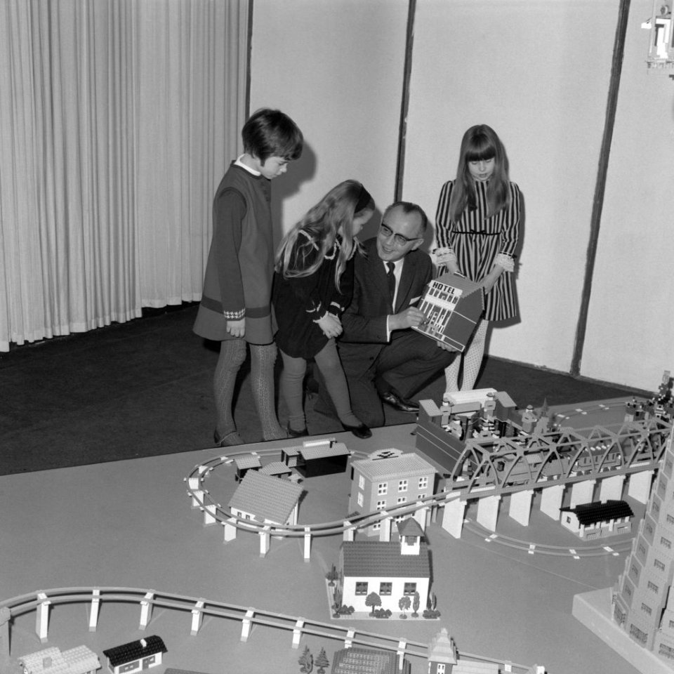 Готфрід у Лондоні грається з місцевим дітьми / Getty Images
