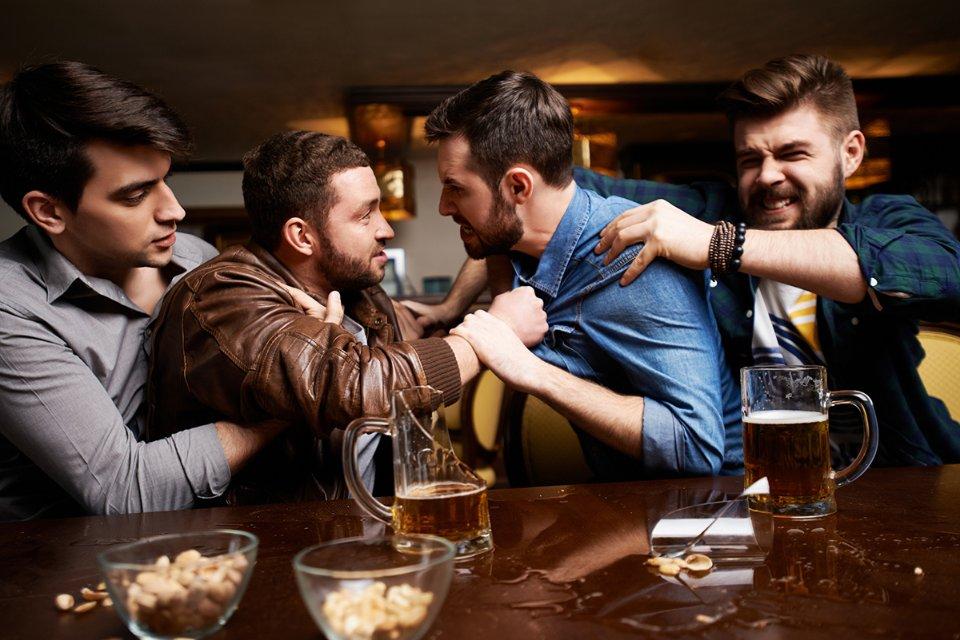 Яка пляшка (з пивом чи без) є небезпечнішою зброєю, якщо прикласти нею кривдника в барі? / Getty Images