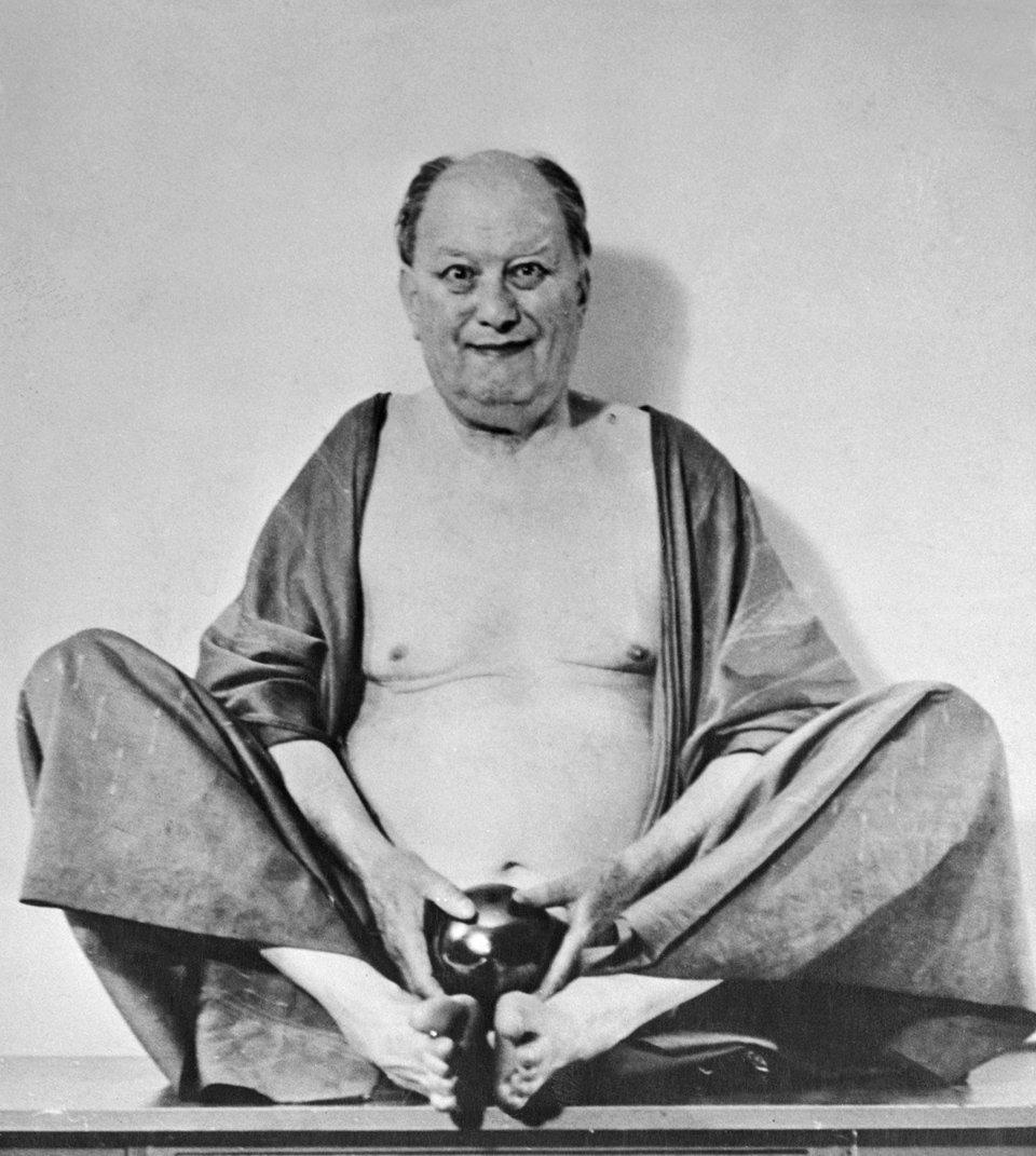 Портрет окультиста Алістера Кроулі, який сидить у позі китайського бога сміху та грошей / Getty Images