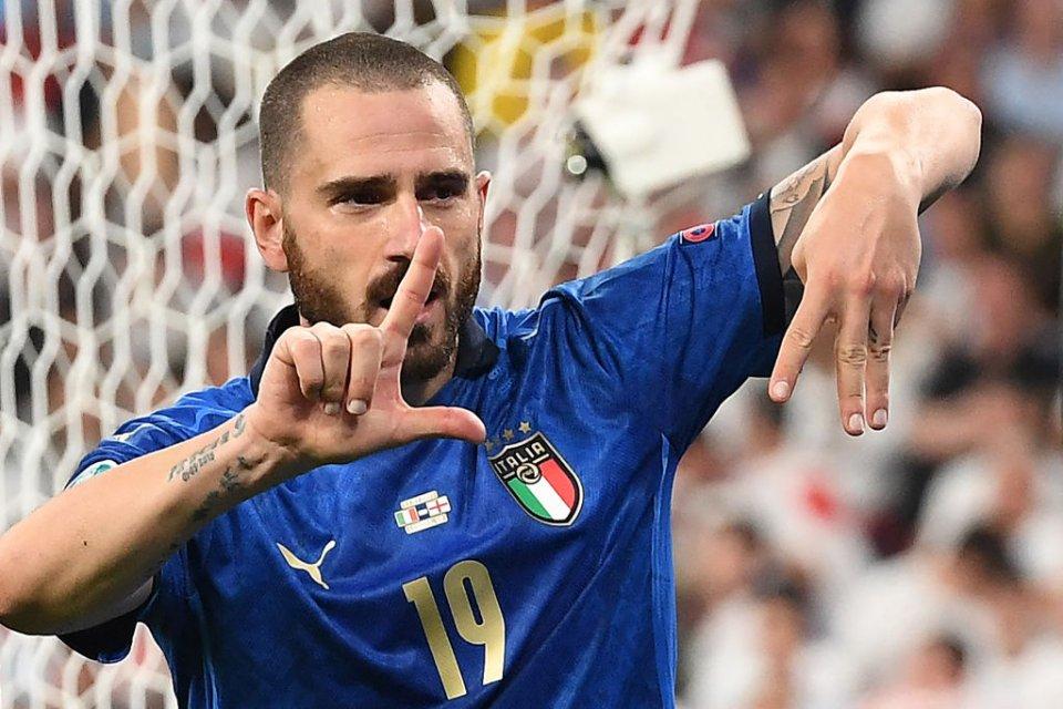 Бонуччі після забитого м'яча показав на пальцях, скільки років тому Італія вигравала Євро: LIIІ — 53 роки латинськими цифрами / Getty Images