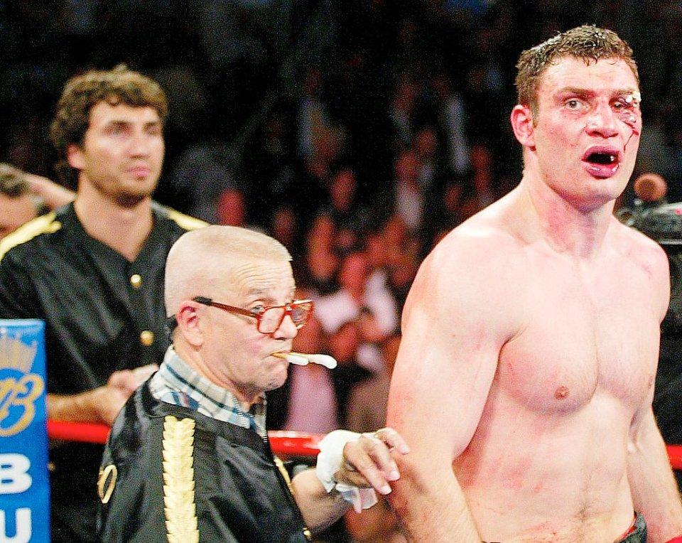 У 2003 році Віталій програв Ленноксу Льюїсі через розсічення, але заслужив повагу боксерського світу / Getty Images
