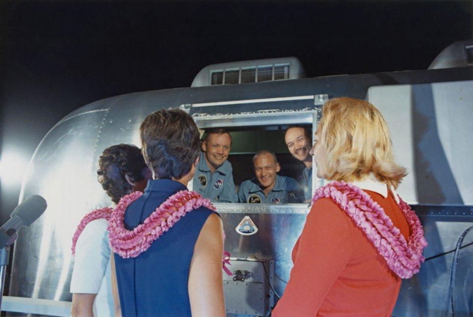 Екіпаж у карантині спілкується з рідними через скло / Getty Images