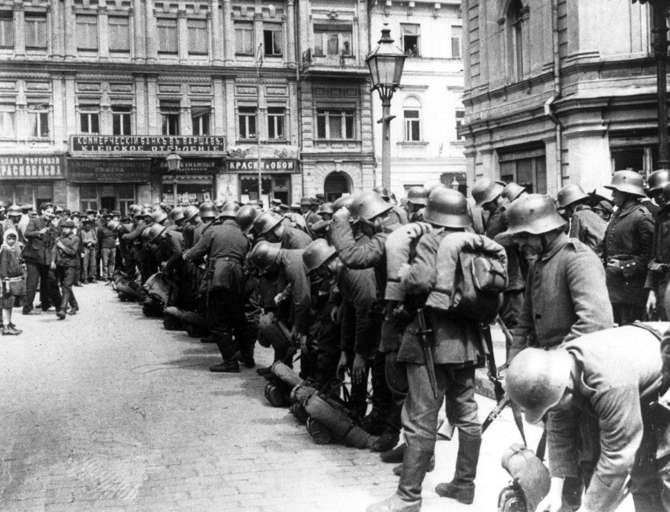 Німецькі солдати на вулицях Києва, серпень 1918 року / Фото: GettyImages