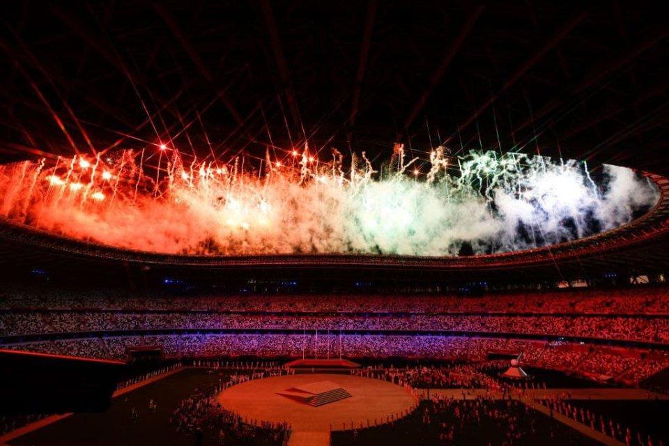 Феєрверк над стадіоном сповіщає про закінчення Олімпіади / Getty Images