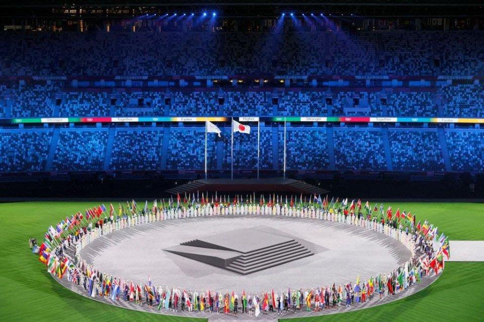 Представители стран-участниц несут национальные флаги / Getty Images