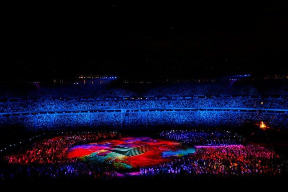 Яскраве світлове шоу під час церемонії закриття / Getty Images
