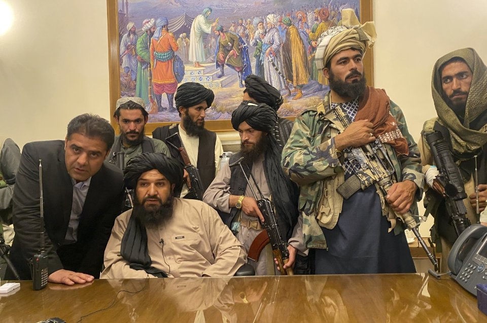 Таліби в захопленому президентському палаці в Кабулі / AP Photo
