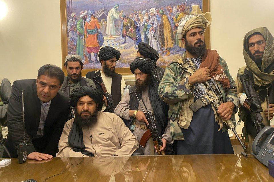 Талибы в захваченном президентском дворце в Кабуле / AP Photo