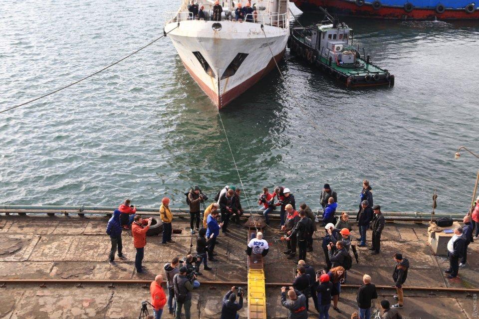 Олег Скавиш тягне зубами судно «Верещагіно» у Чорноморську