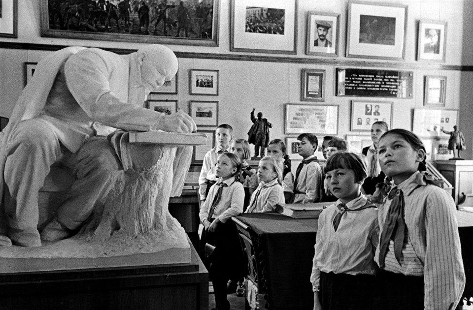В часи СРСР школярам вже з перших класів розповідали про любов до партії та її вождів / Getty Images