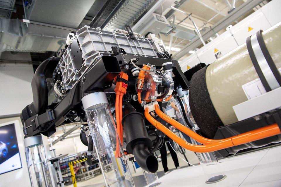 Експериментальний водневий двигун для BMW X5