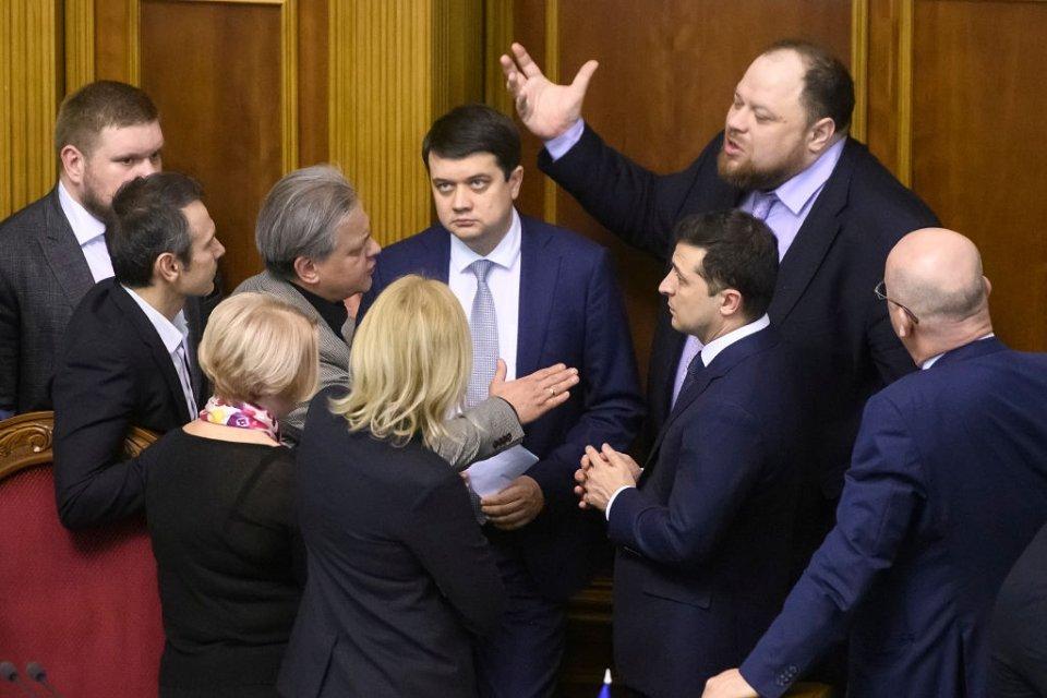 Дмитрий Разумков в окружении депутатов