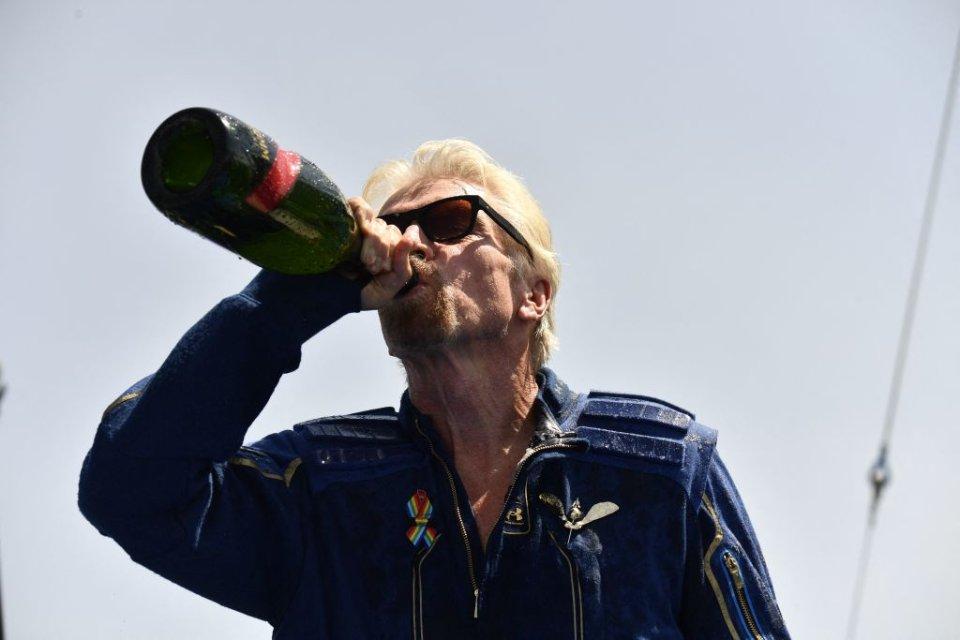 Ричард Брэнсон празднует возвращение из космоса