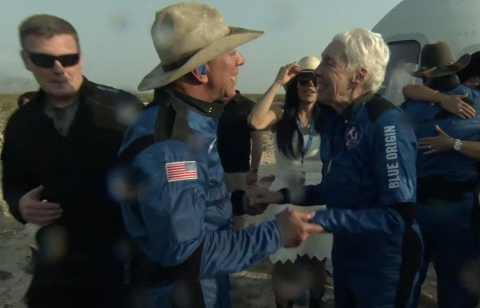 Джефф Безос и экипаж Blue Origin после возвращения на Землю