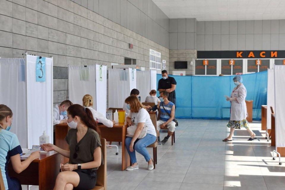 Пункт вакцинації у будівлі автовокзалу у Краматорську / Getty Images
