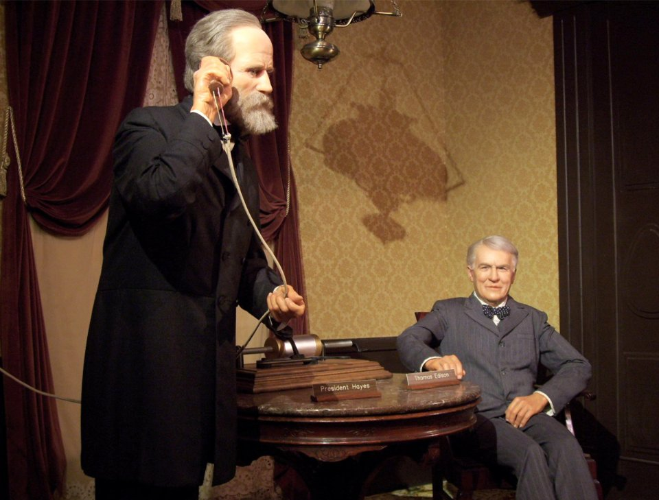Едісон (справа) демонструє фонограф президенту США Резерфорду Гейзу / Експозиція в Національному президентському музеї воскових фігур у Кістоуні