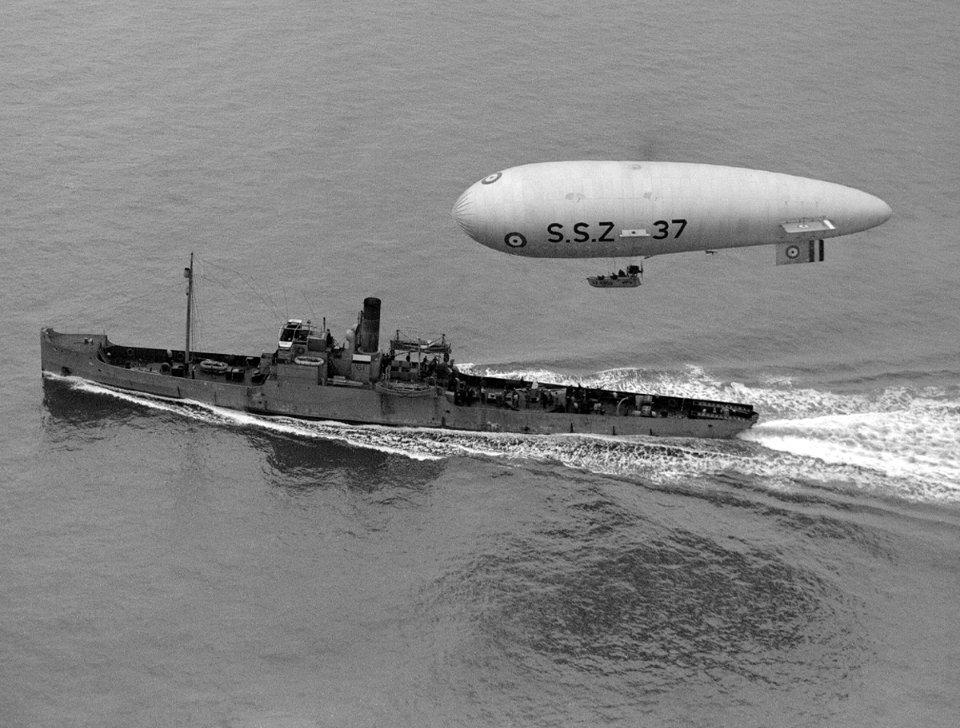 Британський дирижабль SSZ 37 супроводжує військовий корабель (справа)