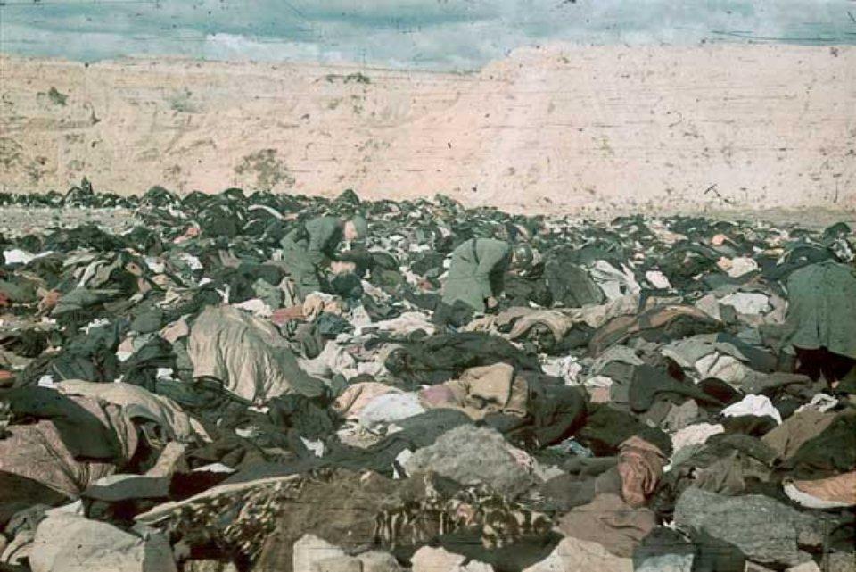 Есесівці риються в речах розстріляних євреїв. Жовтень 1941 року