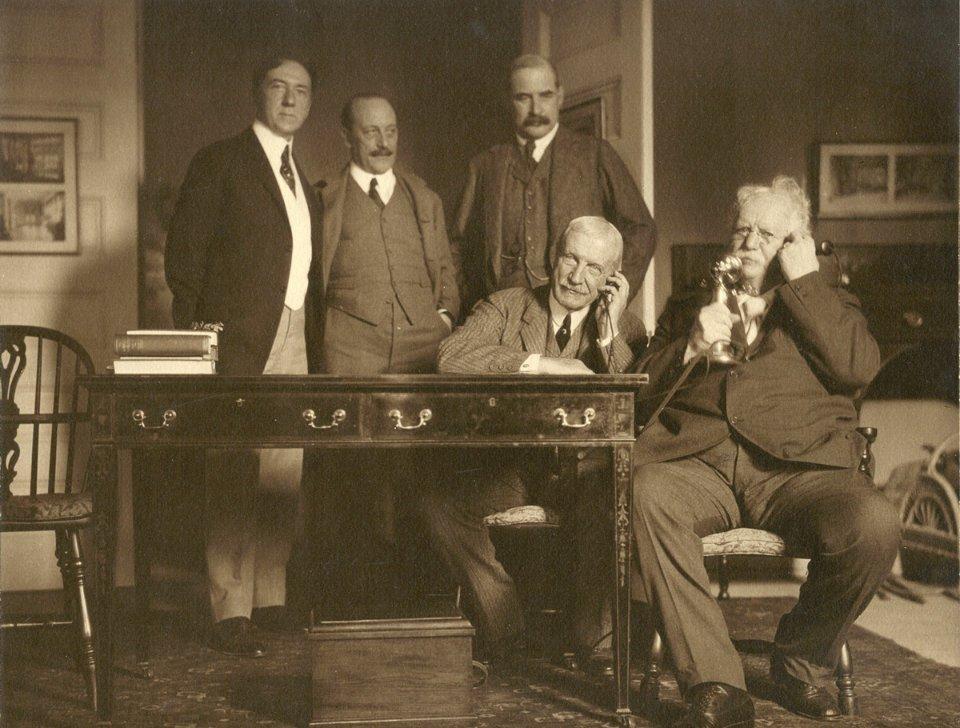 Джон Морган-молодший (стоїть центрі) та Теодор Вейл (останній справа) під час першого трансконтинентального дзвінка із Західного на Східне узбережжя США / Jekyll Island Museum