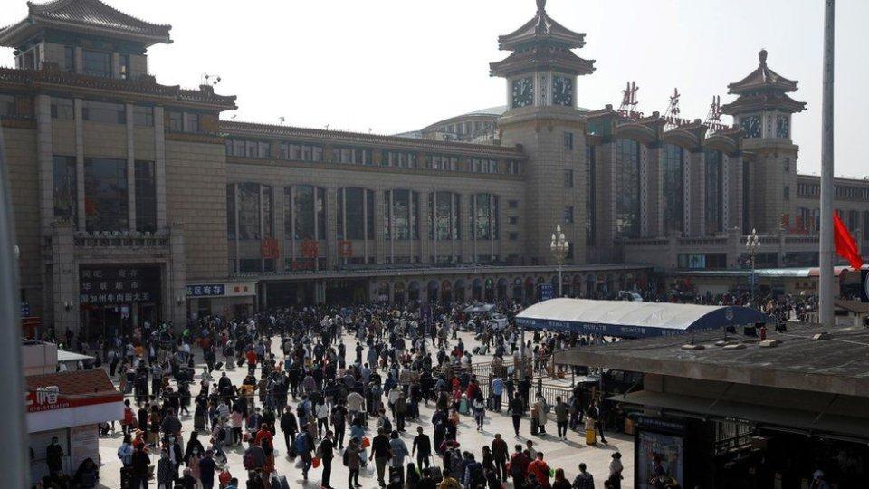 Пасажири в очікуванні біля залізничного вокзалу Пекіна / Фото Getty images, BBC
