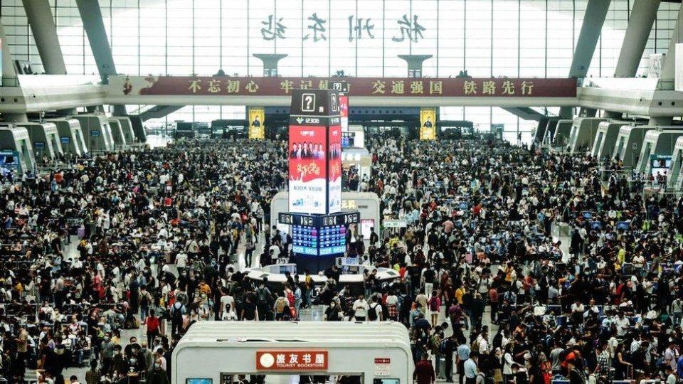 У Ханчжоу — величезні натовпи людей в очікуванні поїздів / Фото Getty images, BBC