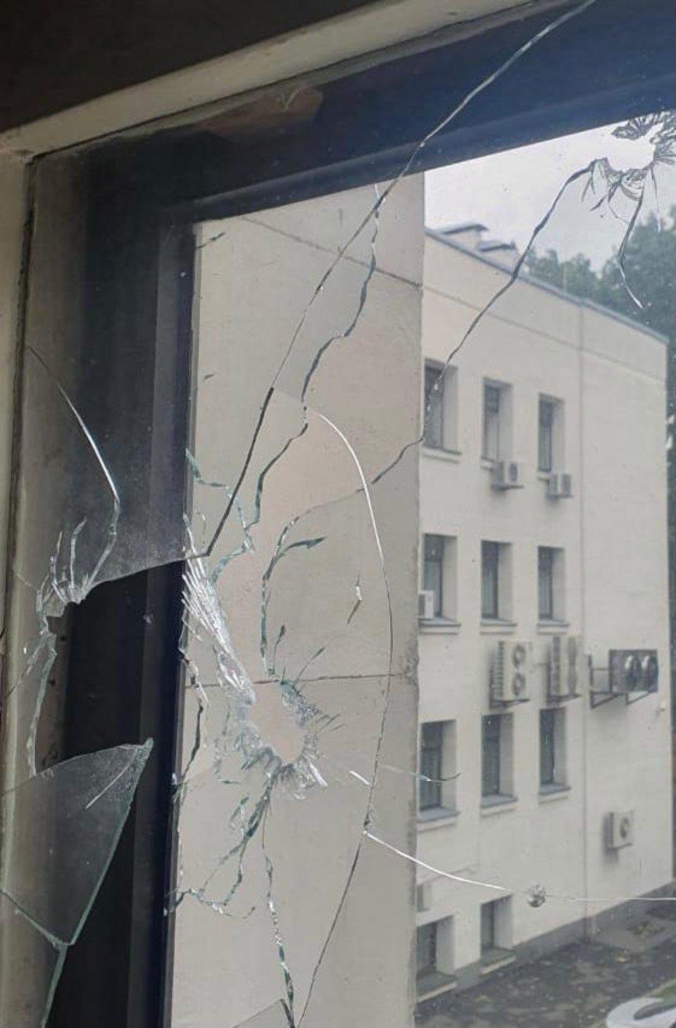 Тріщини у склі після вибуху / Фото з сайту Вищого антикорупційного суду