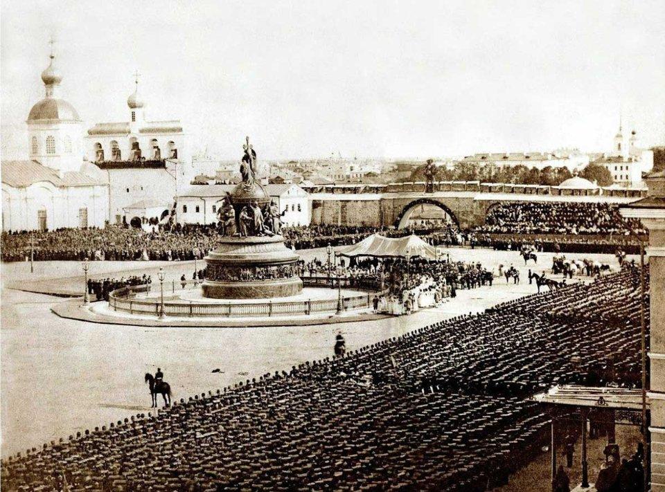 Значну частину масовки, яка споглядала відкриття пам'ятника, складали військові. У Новгород їх звезли більше 10 тисяч