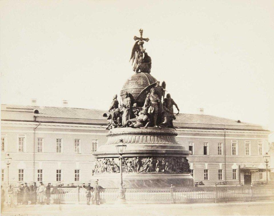 Пам'ятник вилитий з бронзи. Висота — 15,7 м.