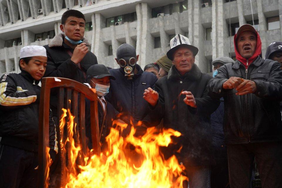Демонстранти штурмували «Білий дім» — резиденцію президента та парламенту / Getty Images
