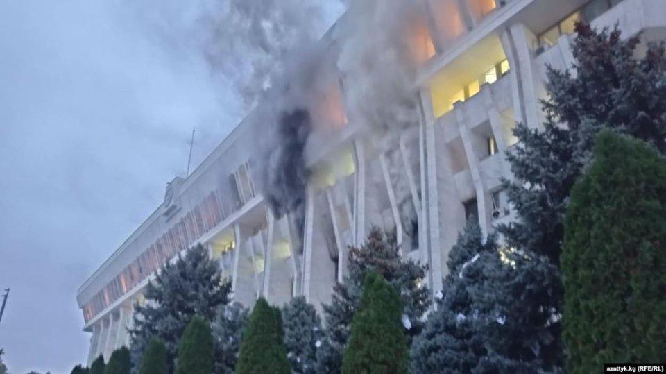 У ніч на 6 жовтня на третьому поверсі будинку, де працюють президент і парламент Киргизстану, спалахнула пожежа / Радіо Свобода