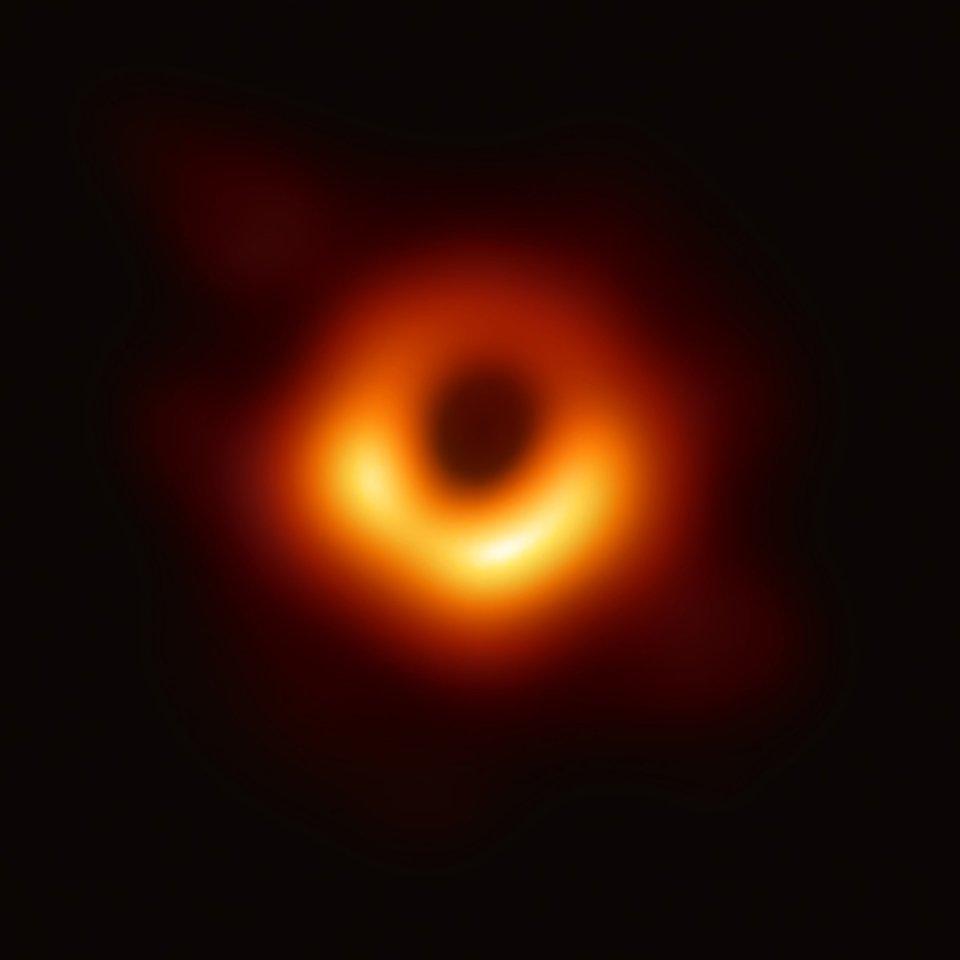 Перший в історії знімок чорної діри — темна пляма всередині яскравого ореолу, що називається горизонтом подій