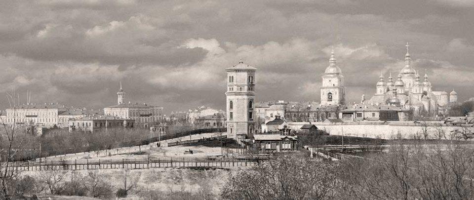 Одна з перших водонапірних башт знаходилася на Володимирській гірці. Її розібрали в 1930-х роках