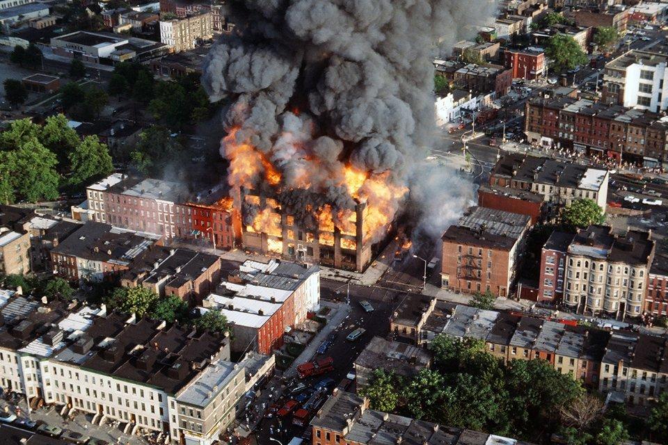 Вид сверху на горящее здание в Бронксе