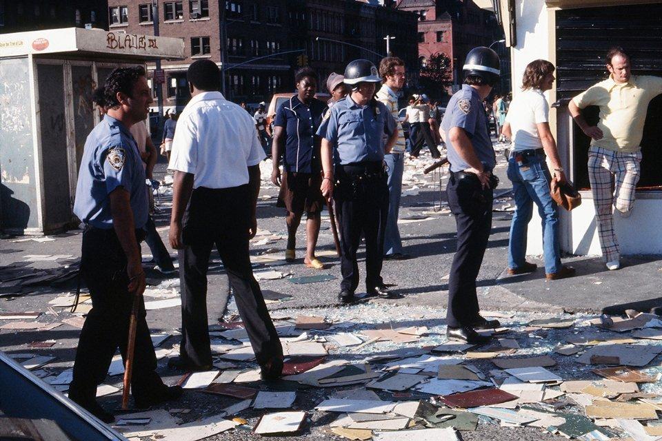 Полицейские на улицах города утром 14 июля