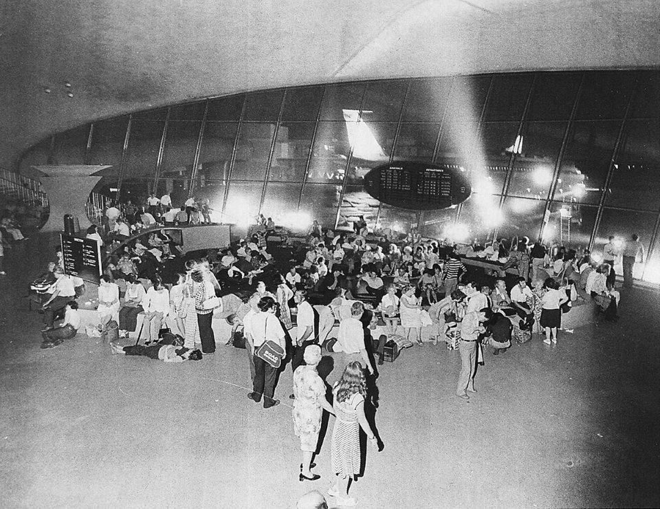 Толпа пассажиров в Международном аэропорту имени Джона Кеннеди во время блэкаута