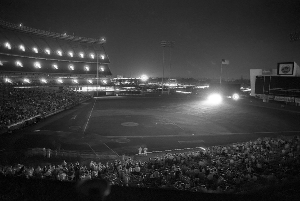 «Шей Стэдиум» с 1964 и до 2008 года был домашней ареной New York Mets. После отключения электроэнергии его освещали фарами автомобилей и резервными огнями. Тот матч New York Mets в конце концов проиграла со счетом 2:5