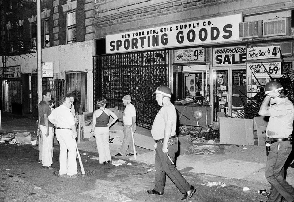 Вооруженные бейсбольными битами владельцы и работники уже ограбленного магазина спортивных товаров в Верхнем Вест-Сайде