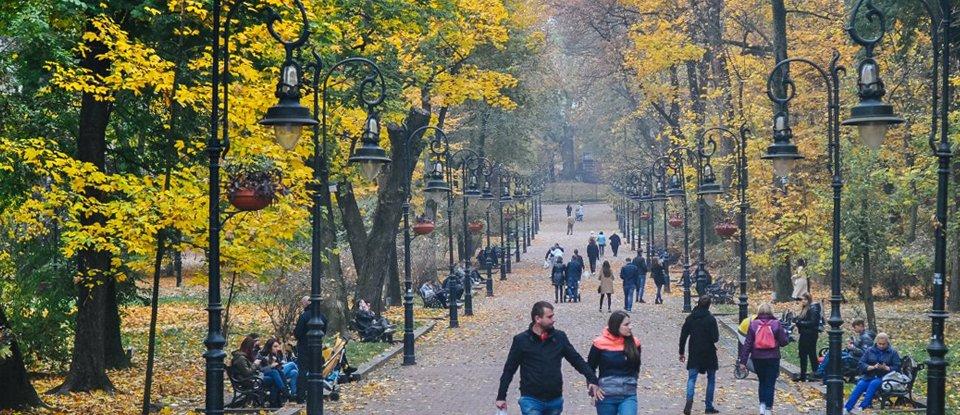 Люди під час прогулянки у парку