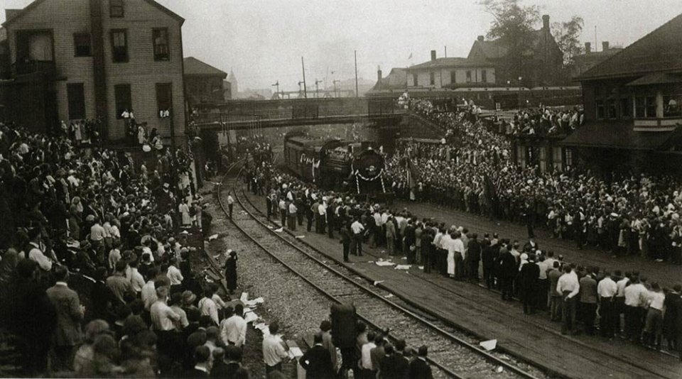 Тисячі американців зустрічають потяг з труною президента в місті Акрон