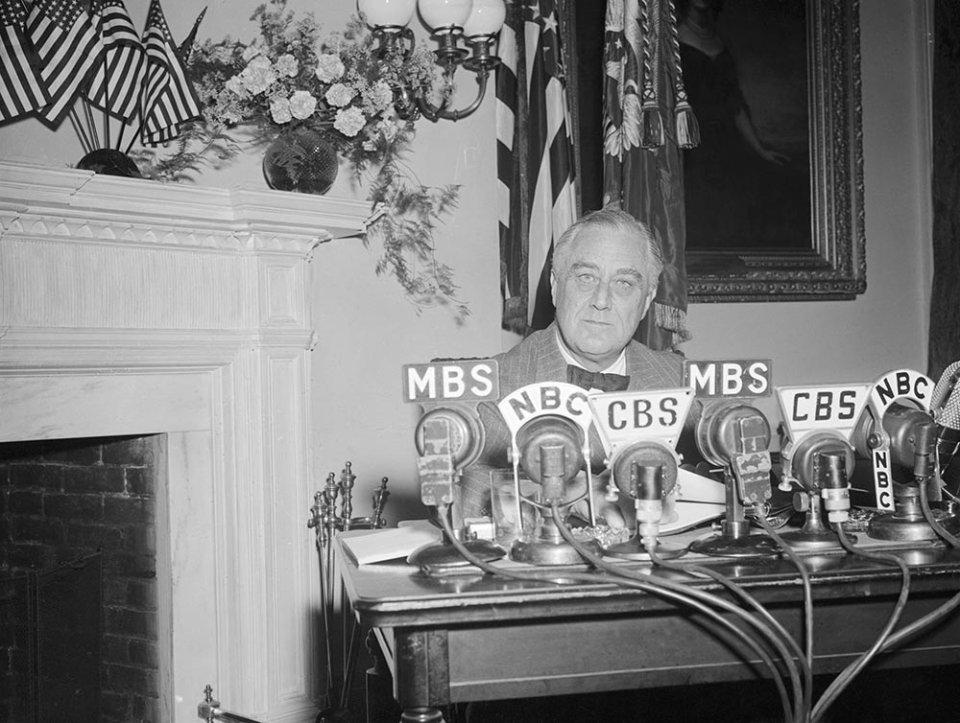 Рузвельт став першим американським президентом, який регулярно записував радіозвернення до нації — так звані «Бесіди біля каміну». Можливо ними надихався і Володимир Зеленський, коли знімав свої відеозвернення/GettyImages