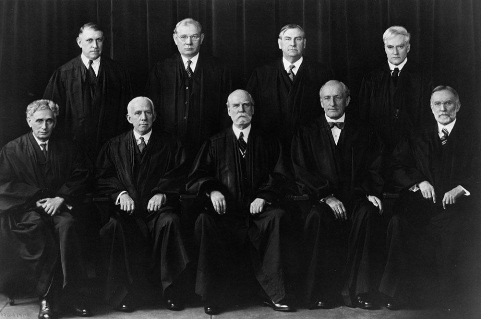 Верховний суд формату 1932-1937 років. Чарльз Г'юз — в середині першого ряду. Оуен Робертс — перший зліва в другому ряді/GettyImages