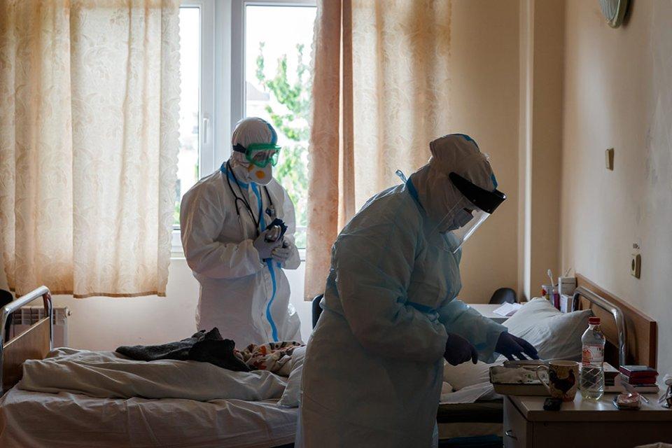 Місць у лікарнях вистачає, проблема з киснем / Getty images