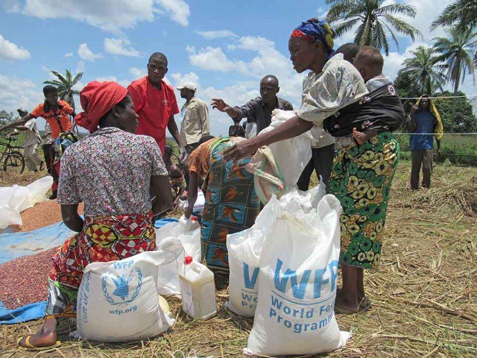 Джеймс Шікваті, кенійський економіст, вважає, що продовольча допомога збільшує корупцію, оскільки місцеві політики крадуть частину харчів, щоб підкупити виборців або продати «гуманітарку» на чорних ринках/GettyImages