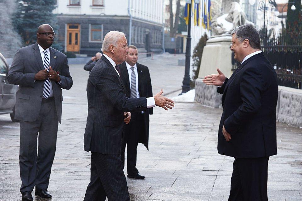 2017 р. Петро Порошенко вітає Джо Байдена під час чергового візиту в Україну. Байден побував у нашій країні більше 10 разів. З п'ятим президентом у них склалися чудові стосунки / Getty images