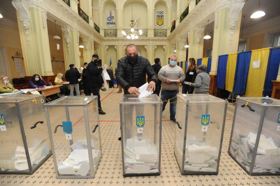Мери використовують незадоволення карантинними обмеженнями, щоб отримати підтримку електорату під час другого туру місцевих виборів / Getty images