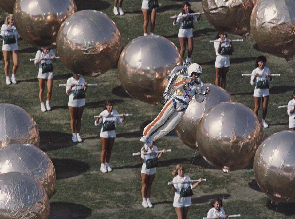 Білл Сьютор керує реактивним ранцем на церемонії відкриття Олімпійських ігор 1984 року/GettyImages
