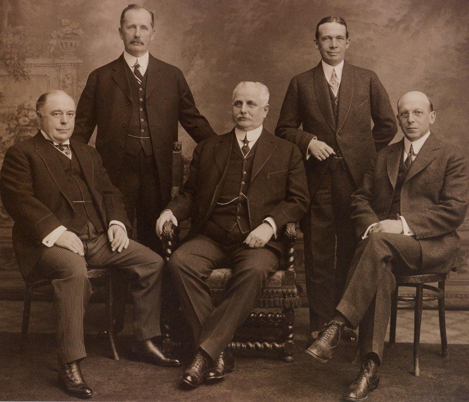 Батьки-засновники F.W. Woolworth Company. В центрі Френк Вулворт, другий зліва — Чарльз Самнер / The Woolworths Museum