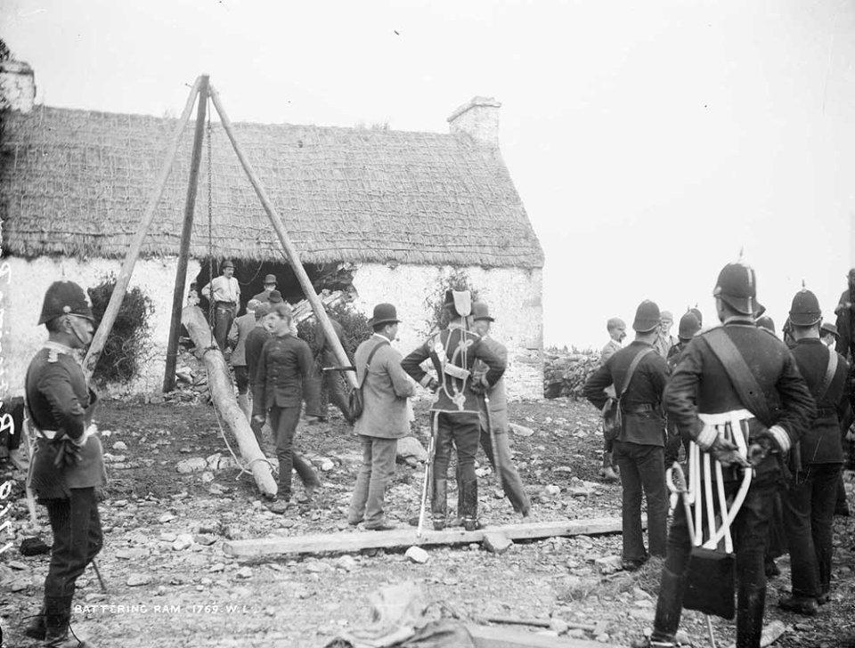 Примусове виселення ірландських фермерів. Фото 1886 року / National Library of Ireland